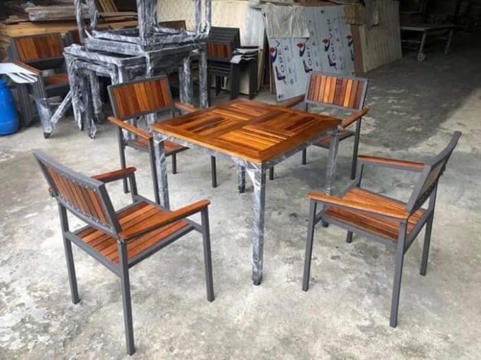 Cần thanh lý bàn ghế gỗ chân sắt giá rẻ..4