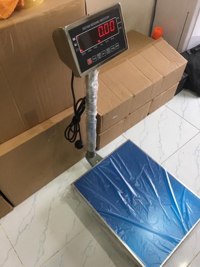 - Cân thủy sản, cân bàn điện tử đầu cân inox chống nước - Khung cân làm bằng thép hoặc inox tùy theo nhu cầu sử dụng (khung inox dùng trong môi trường có tính ăn mòn kim loại cao). - Bộ hiển thị thiết kế bằng inox chống nước theo chuẩn IP68, hoạt động tốt trong môi trường ẩm ướt, màn hình LED sáng đỏ, đầu cân rất chắc chắn và bền bỉ theo thời gian. các phím bấm mềm mại dễ thao tác, màn hình sắc nét - Bộ xử lý cho ra kết quả nhanh chóng – chính xác – ổn định. - Mặt bàn cân làm bằng inox chống gỉ sét, chân đế được thiết kế rời thích ứng với mọi địa hình (điều chỉnh tăng giảm). - Tính năng: Trừ bì, chuyển đổi đơn vị, nhấn về 0 khi cân bị dao động, cộng dồn các lần cân lại với nhau - Kích thước bàn cân: 30x40cm, 40x50cm, 50x60cm, 60x80cm…(khung bàn cân có chống tải an toàn để bảo vệ loadcell khi bị quá tải) => Ngoài ra công ty còn nhận đặt kích thước bàn cân theo yêu cầu hoặc lắp thêm bánh xe để di chuyển trên các mặt phẳng, nhà xưởng… - Nguồn điện cung cấp cho cân Pin 6V/4.5Ah, hết Pin sạc lại trực tiếp bằng nguồn điện 220V. Sạc đầy sử dụng từ 48-72h Bảo hành: 1 năm, miễn phí vận chuyển toàn quốc0
