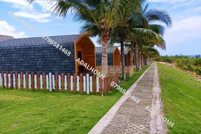 NGÓI BITUM CANA ĐA TẦNG CHO DỰ ÁN BUNGALOW Nền mái là gỗ sử dụng ngói bitum CANA để lợp chống thấm và trang trí. Mái được lợp với ngói dán bitum CANA đa tầng stone gray3