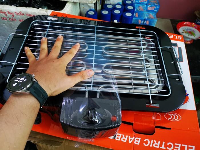 Vỉ nướng điện Electric Barbecue Grill có khay chứa nước giảm được mùi và khói lan tỏa ra xung quanh vỉ nướng. Để từ đó bạn cảm thấy thật dễ chịu khi món nướng vẫn thơm lừng đến tay người dùng mà không mất đi giá trị dinh dưỡng hay nồng nặc mùi khói 3