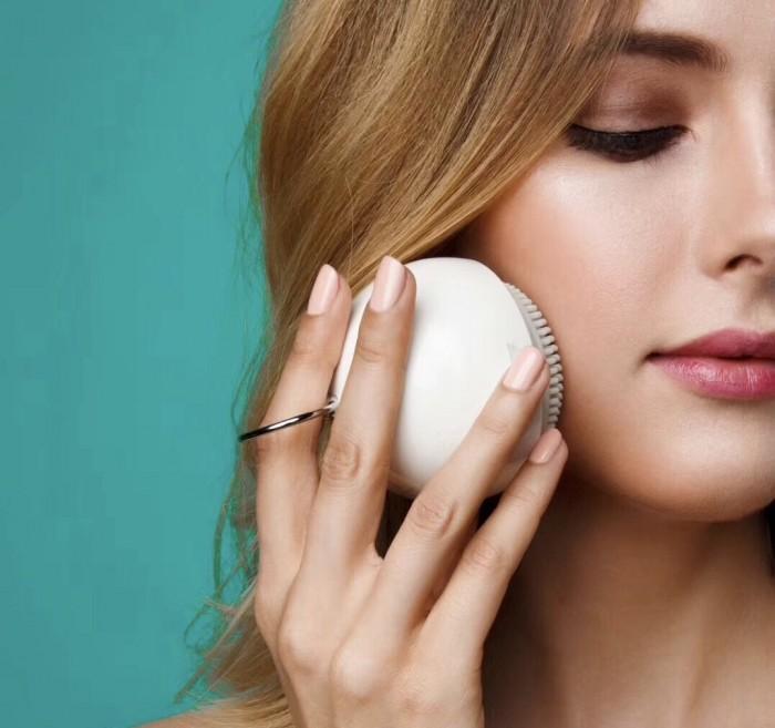 Sau một ngày làm việc bên ngoài, việc làm sạch da mặt vô cùng quan trọng và Aniilo sẽ giúp chúng ta làm điều đó. Với động cơ tăng âm từ trường Pro-Sonic và rung 3D, Anillo làm sạch hơn 6 lần so với rửa bằng tay. Việc chọn vật liệu an toàn Silicone và thêm chức năng hẹn giờ để đảm bảo việc làm sạch đều cho da mặt. Đối với những loại da, Anillo cũng cẩn thận trang bị 3 loại đầu massge khác nhau: dành cho da mặt nhạy cảm, da mặt bình thường , đầu silicone spa. 5