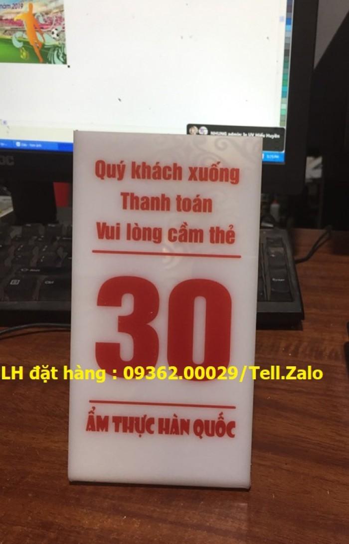 Kệ số mica để bàn uốn chữ L, biển số bàn mica sản xuất theo yêu cầu6