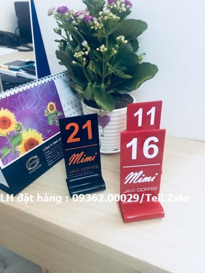 Kệ số mica để bàn uốn chữ L, biển số bàn mica sản xuất theo yêu cầu5