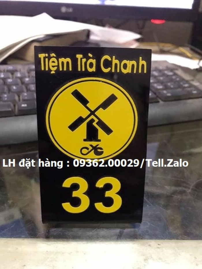 Kệ số mica để bàn uốn chữ L, biển số bàn mica sản xuất theo yêu cầu3