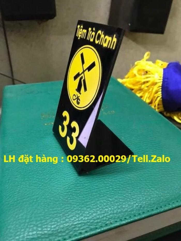 Kệ số mica để bàn uốn chữ L, biển số bàn mica sản xuất theo yêu cầu1