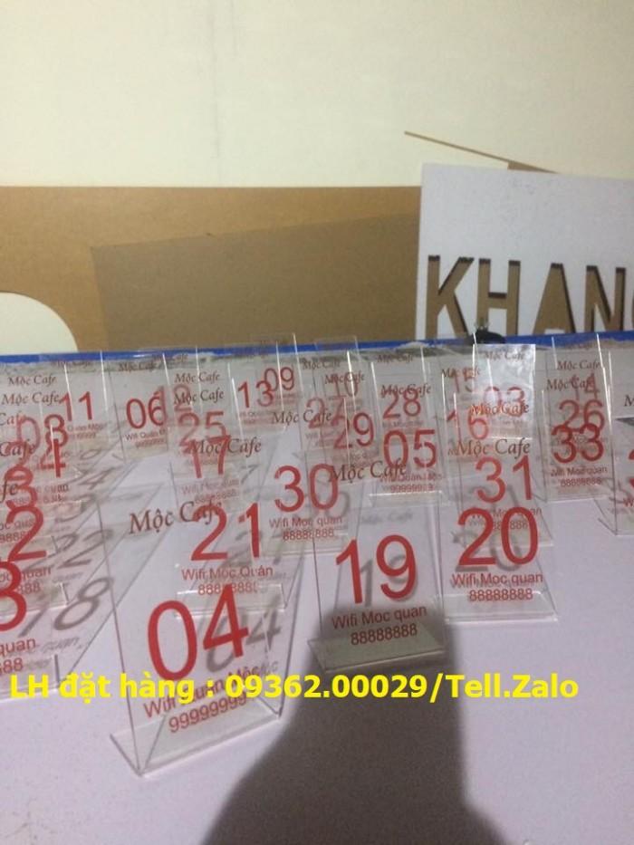 Kệ số mica để bàn uốn chữ L, biển số bàn mica sản xuất theo yêu cầu11