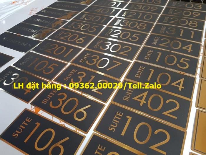 Kệ số mica để bàn uốn chữ L, biển số bàn mica sản xuất theo yêu cầu4