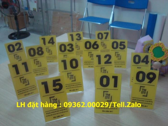 Kệ số mica để bàn uốn chữ L, biển số bàn mica sản xuất theo yêu cầu8
