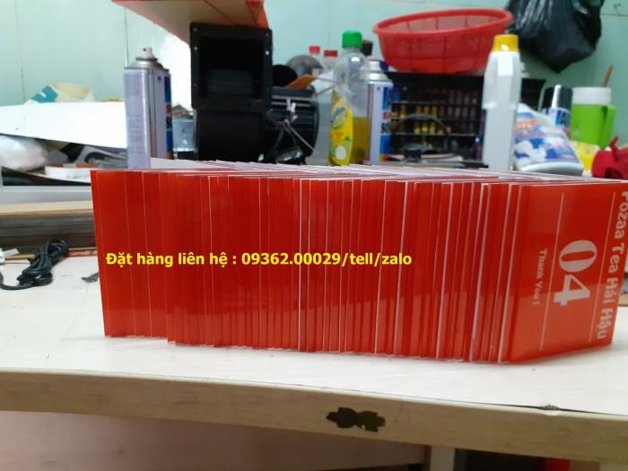 Kệ số mica để bàn uốn chữ L, biển số bàn mica sản xuất theo yêu cầu13