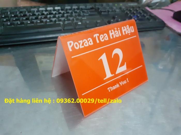 Kệ số mica để bàn uốn chữ L, biển số bàn mica sản xuất theo yêu cầu10