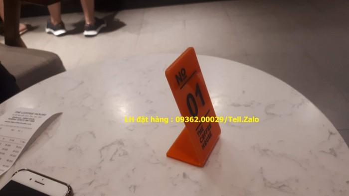 Kệ số mica để bàn uốn chữ L, biển số bàn mica sản xuất theo yêu cầu12