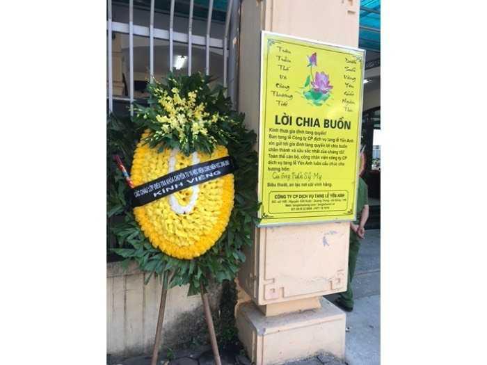 Đặt vòng hoa viếng lễ tang2