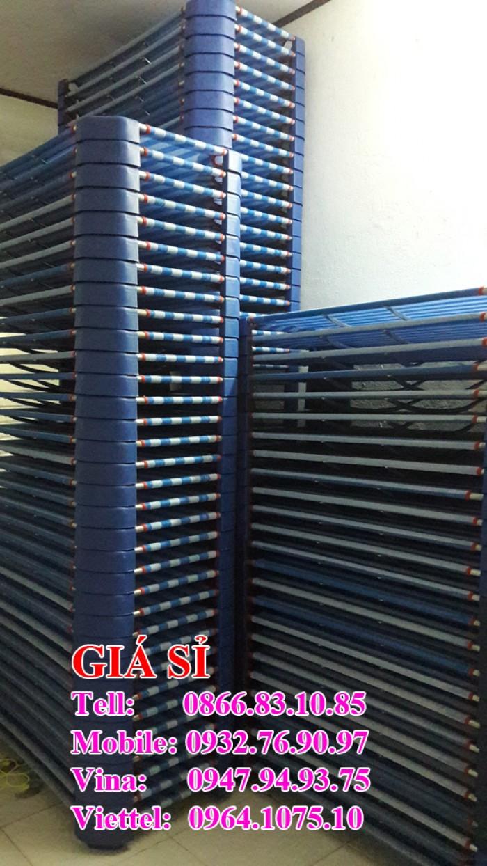 Giường vải lưới sọc xánh dương là mẫu giường  được các trường rất ưa chuộng. Giường đảm bảo về chất lượng, bảo hành 1 năm  Kích thước giường đa dạng 60100x10cm 60x120x10cm 60x130x10cm 60x140x10cm\ Mô tả: khung kẽm (chống gỉ), chân nhựa đúc, 2 thanh đỡ phía dưới tạo sự vững chắc và cân bằng cho chiếc giường Giường chịu trọng lượng lên 70kg nên ba mẹ có nằm lên thì cứ yên tâm nhé Mọi chi tiết xin liên hệ: 0932 76 90 97 (Mr Hoà)