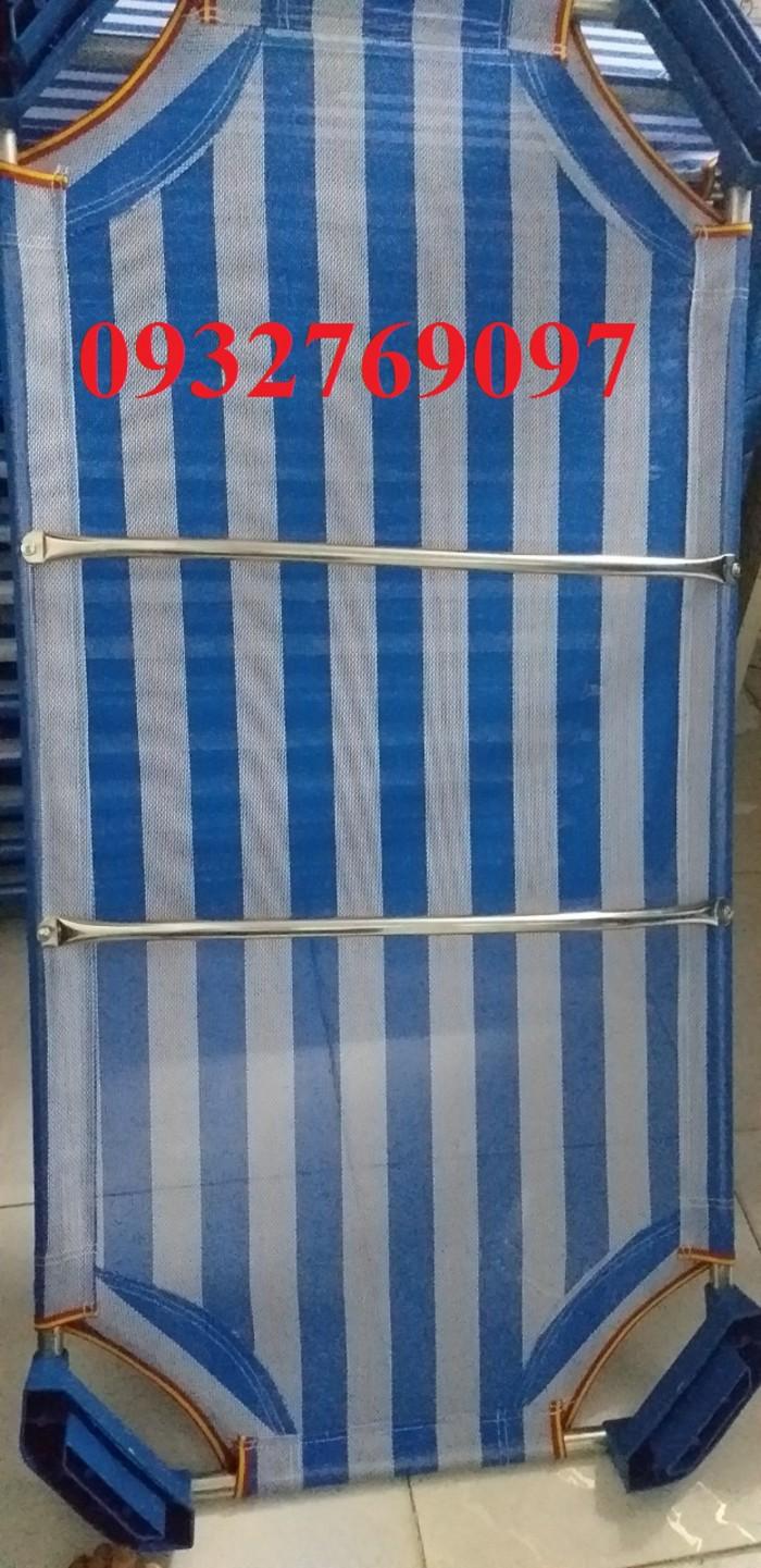Giường vải lưới siêu bên với sợi lưới textilen bọc nhựa tạo độ êm trơn, không gây cọ sát xù quần áo. Giường lưới được công ty trực tiếp nhập lưới và gia công tại Việt Nam. Linh kiện dùng làm giường cho trẻ được cty chọn lọc kỹ, mục đích chính không làm ảnh hưởng tới sức khoẻ, không cản trở sự vận động của bé. Vật liệu: Vải lưới, khung kẽm (không gỉ), cây innox, chân nhựa cao 10cm Trong các trường mẫu giáo, khi sử dụng xong giường được xếp chồng lên nhâu rất gọn (không tốn diện tích) Kích thước g