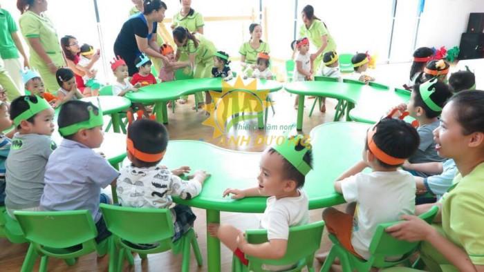 Chuyên bàn nhựa hình vòng cung dành cho trẻ em mầm non giá TỐT