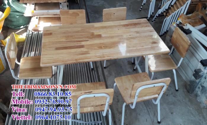 Bàn mầm non, bàn dùng cho các bé đi học ở độ tuổi mầm non Bàn mặt gỗ, chân sắt hộp sơn tĩnh điện màu trắng Kích thước: cao 50cm, rộng 5ocm, dài 90cm Màu sắc: màu gỗ tự nhiên Quý khách liên hệ: 0932 769 097 để được tư vấn và đặt hàng.0