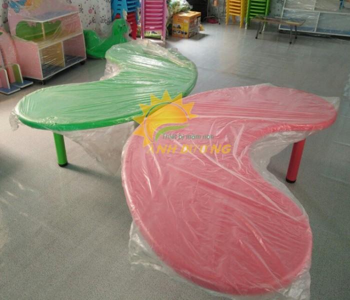 Chuyên bàn nhựa hình vòng cung bền chắc cho bậc mầm non giá TỐT3