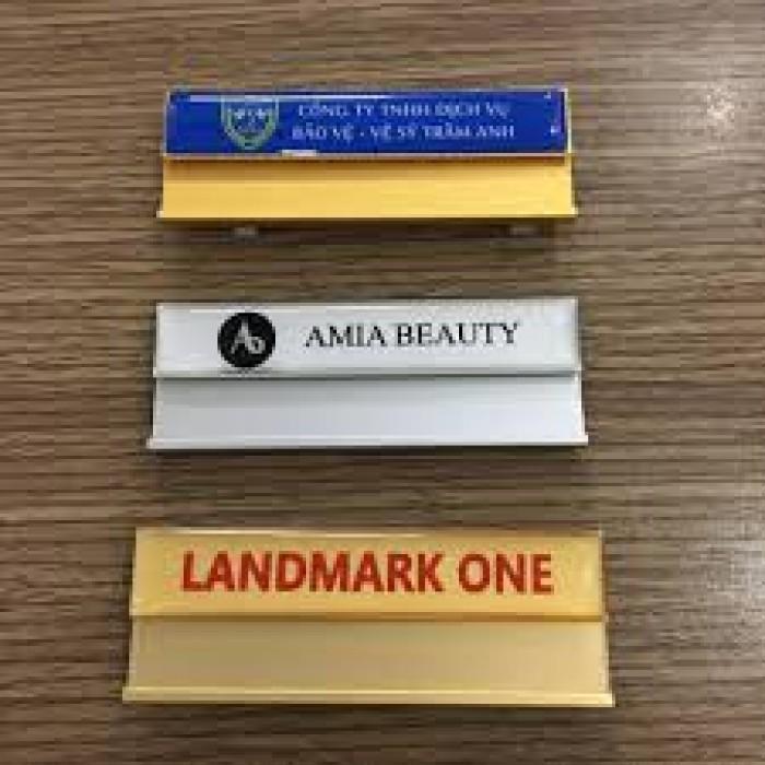 Bảng tên, thẻ tên nhân viên cài ngực – Thẻ mica in logo phủ nhũ -Xưởng chuyên0