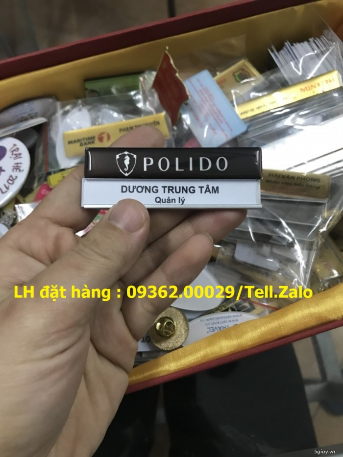 Bảng tên, thẻ tên nhân viên cài ngực – Thẻ mica in logo phủ nhũ -Xưởng chuyên11