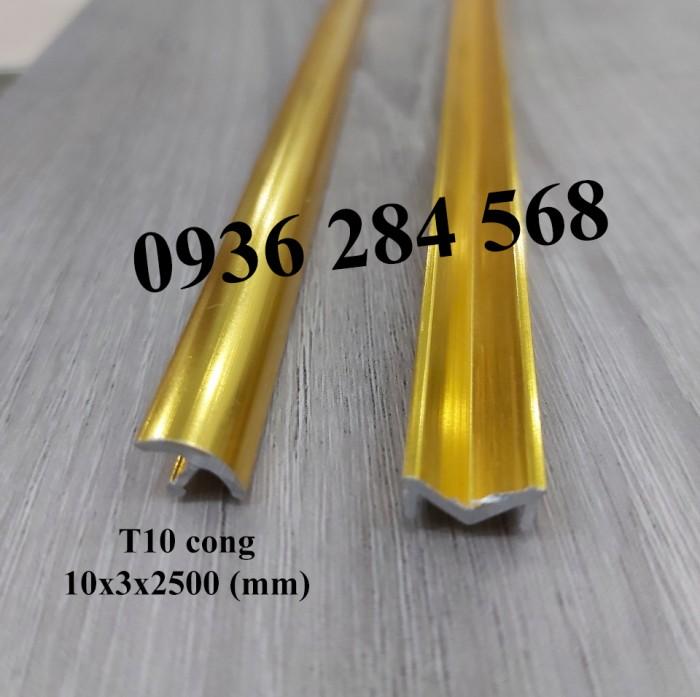 Tên sản phẩm: Nẹp nhôm trang trí chữ T cong hoặc nẹp trang trí chữ T. Nguyên liệu: Hợp kim nhôm, mạ anode Ứng dụng: Để xử lý các khe giãn cách, khe nối giữa các vật liệu gạch, đá, gỗ, kính tạo điểm nhấn trong trang trí nội thất. Thông số kỹ thuật:1cm (rộng) x 0,4cm (cao) x 250cm (dài) - Màu sắc: màu vàng, màu nhôm, màu inox, màu sâm banh Cách thi công, lắp đặt: Bằng cách sử dụng keo chuyên dụng dùng trong xây dựng để liên kết với các vật liệu gạch, đá, gỗ, kính.1