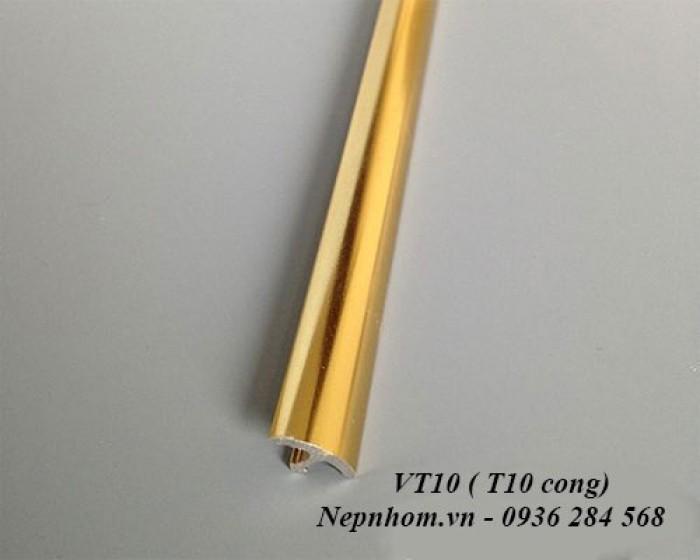 Tên sản phẩm: Nẹp nhôm trang trí chữ T cong hoặc nẹp trang trí chữ T. Nguyên liệu: Hợp kim nhôm, mạ anode Ứng dụng: Để xử lý các khe giãn cách, khe nối giữa các vật liệu gạch, đá, gỗ, kính tạo điểm nhấn trong trang trí nội thất. Thông số kỹ thuật:1cm (rộng) x 0,4cm (cao) x 250cm (dài) - Màu sắc: màu vàng, màu nhôm, màu inox, màu sâm banh Cách thi công, lắp đặt: Bằng cách sử dụng keo chuyên dụng dùng trong xây dựng để liên kết với các vật liệu gạch, đá, gỗ, kính.3