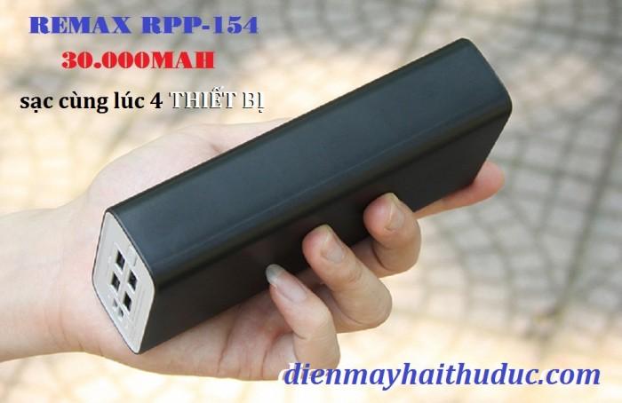 Pin sạc dự phòng Remax RPP-154 Dù có dung lượng 30.000mAh thuộc hàng rất lớn nhưng RPP-154 lại có kích cỡ vừa tay cầm.