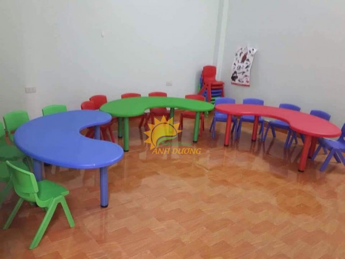 Chuyên cung cấp bàn nhựa hình vòng cung nhiều màu sắc cho bé yêu0