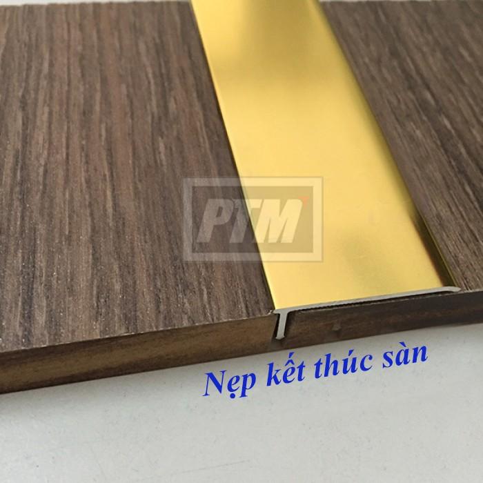 - Thi công, lắp đặt: Bước 1: Dán lớp keo chuyên dụng trong xây dựng (titebond, silicon) lên mặt sau thanh nẹp Bước 2: Ốp trực tiếp thanh nẹp xuống vị trí mép sàn kết thúc. Dùng tay đẩy nhẹ cho nẹp và mép sàn tăng độ dính không bị bong4