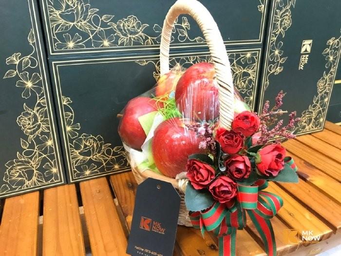 Quà 20/10 cho người yêu - táo đỏ - hoa hồng đỏ - FSNK1710