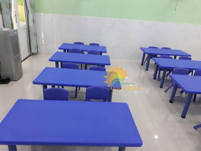 Bàn nhựa hình chữ nhật cho bé dùng trong trường lớp mầm non, gia đình1