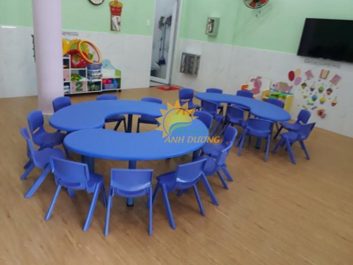 Bàn nhựa hình vòng cung dành cho trẻ em mẫu giáo, mầm non3
