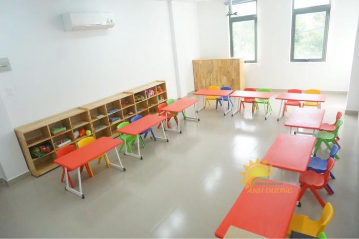 Bàn và ghế nhựa chắc chắn, nhiều màu sắc cho trẻ em mầm non0