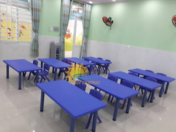 Bàn và ghế nhựa chắc chắn, nhiều màu sắc cho trẻ em mầm non3