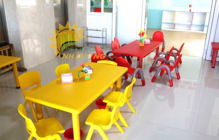 Bàn và ghế nhựa chắc chắn, nhiều màu sắc cho trẻ em mầm non2
