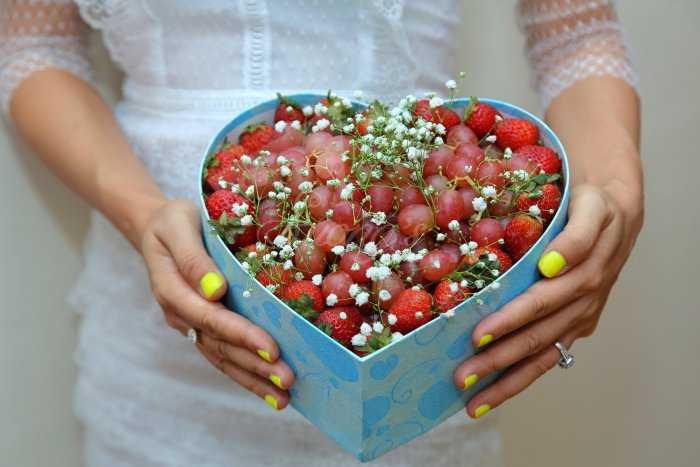 Hộp trái cây trái tim 2 trong 1  Nho và dâu tây0