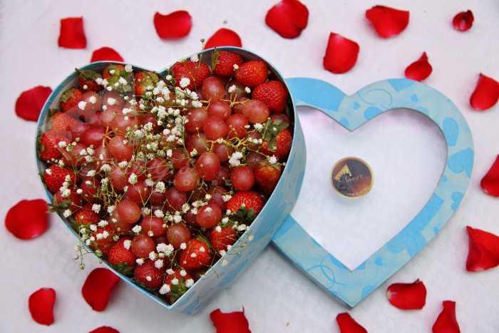 Hộp trái cây trái tim 2 trong 1  Nho và dâu tây1