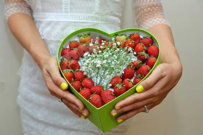 Hộp quà đâu tây Gửi lời yêu thương  Ngày của nửa thế giới Happy women day2