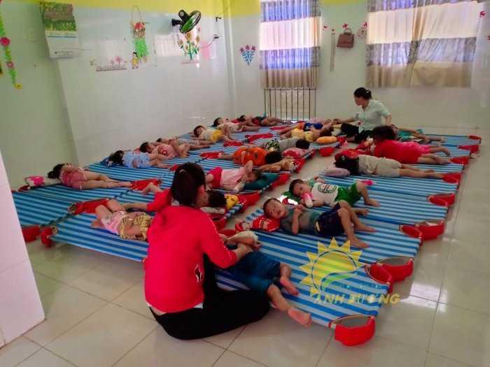Cung cấp sỉ - lẻ giường lưới mầm non cho bé ngủ trưa1