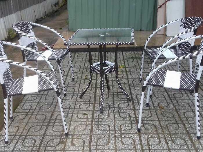 Bàn ghế nhựt trắng đen làm bằng nhựa giá0