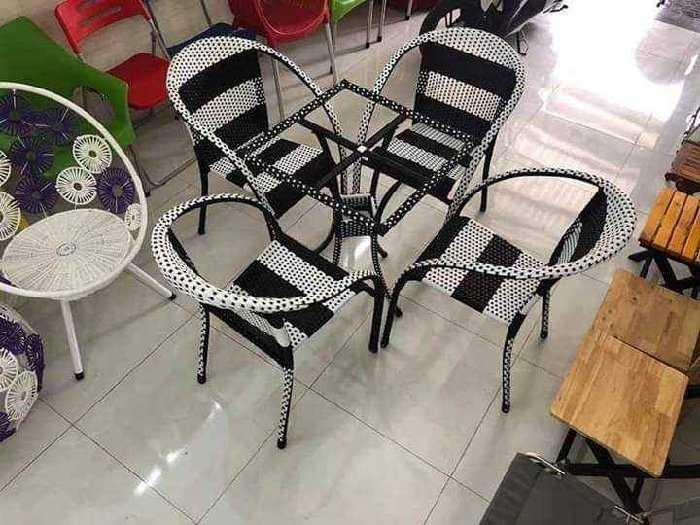 Bàn ghế nhựt trắng đen làm bằng nhựa giá1