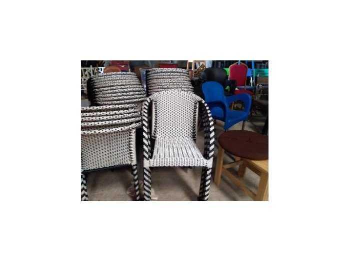 Bàn ghế nhựt trắng đen làm bằng nhựa giá3