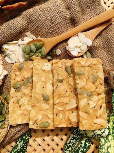 Hủ 150gr Bánh hạnh nhân hạt chia bí xanh đường ăn kiêng - Food by Mama3