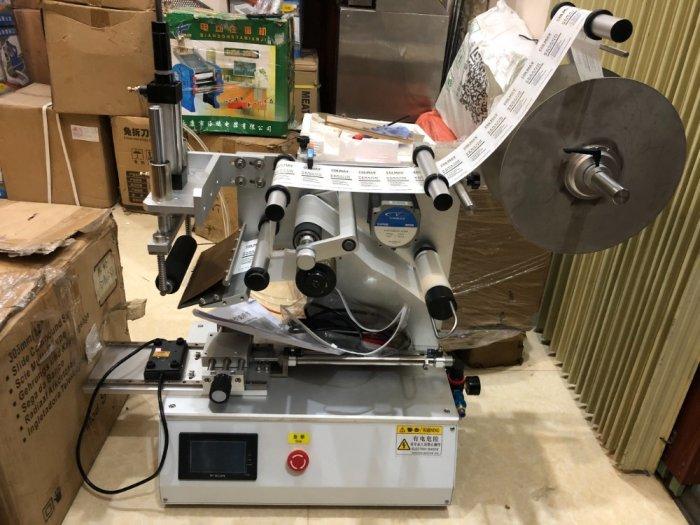 Máy dán nhãn chai dẹp, máy dán nhãn decal nhủ nhựa, máy dán nhãn hộp nhựa, máy dán nhãn chai sữa tắm2