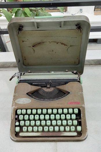 Máy đánh chữ Hermes baby Thụy Sĩ xưa4