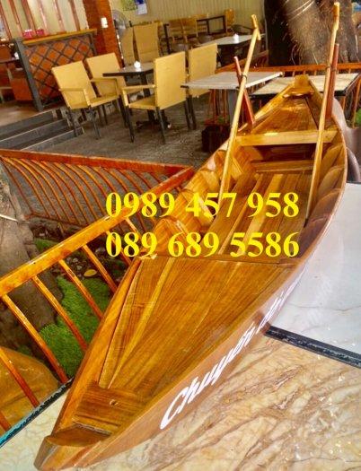 Những mẫu thuyền gỗ đẹp trang trí nhà hàng, Thuyền gỗ bày hải sản9