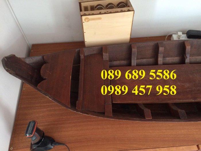 Những mẫu thuyền gỗ đẹp trang trí nhà hàng, Thuyền gỗ bày hải sản5
