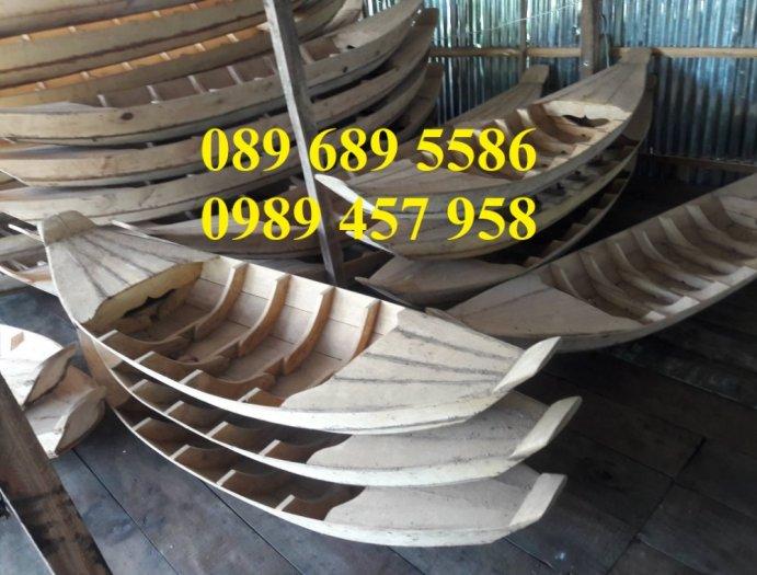 Những mẫu thuyền gỗ đẹp trang trí nhà hàng, Thuyền gỗ bày hải sản3