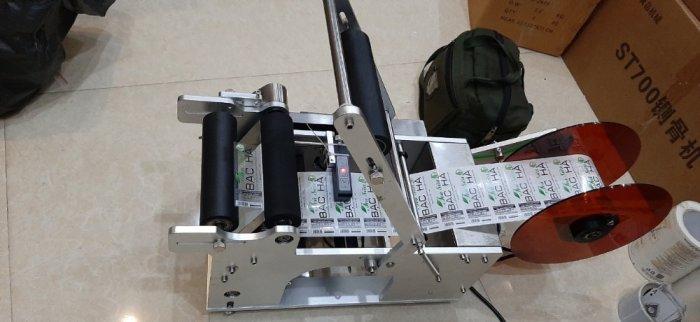 Máy dán nhãn chai trà sữa, máy dán nhãn chai sữa bắp, máy dán nhãn decal chai tròn MT502
