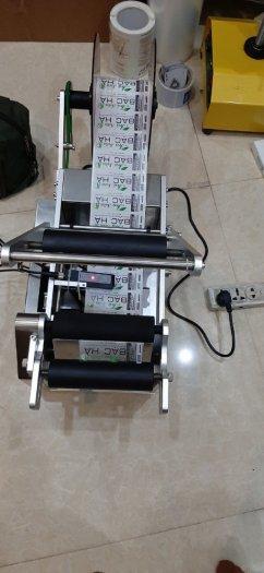 Máy dán nhãn chai trà sữa, máy dán nhãn chai sữa bắp, máy dán nhãn decal chai tròn MT500