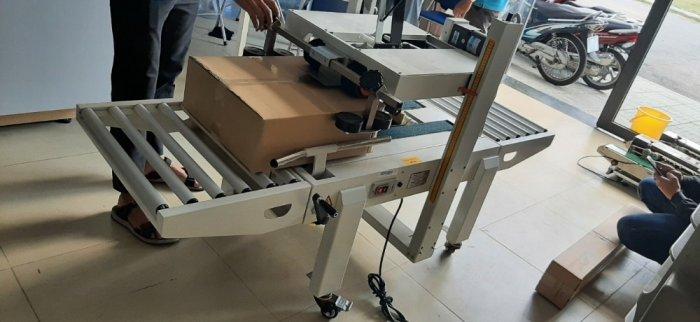 Máy dán keo dính, máy dán thùng carton bán tự động, máy dán thùng mặt trên mặt dưới bằng keo dán2